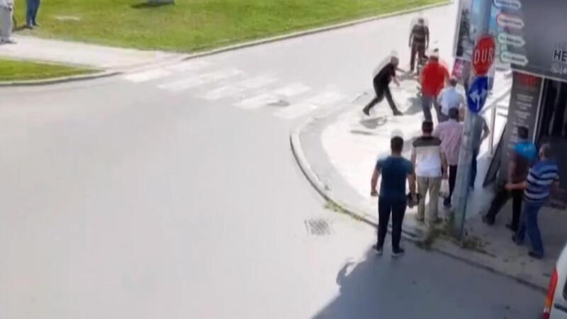 Sakarya'da şehir merkezinde satırlı kavga kamerada