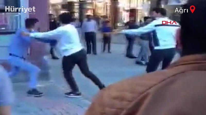 Gençler sokak ortasında birbirine girdi! O anlar kamerada