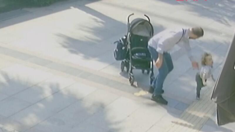 Bebek arabasından düşen çocuğunu tokatladı
