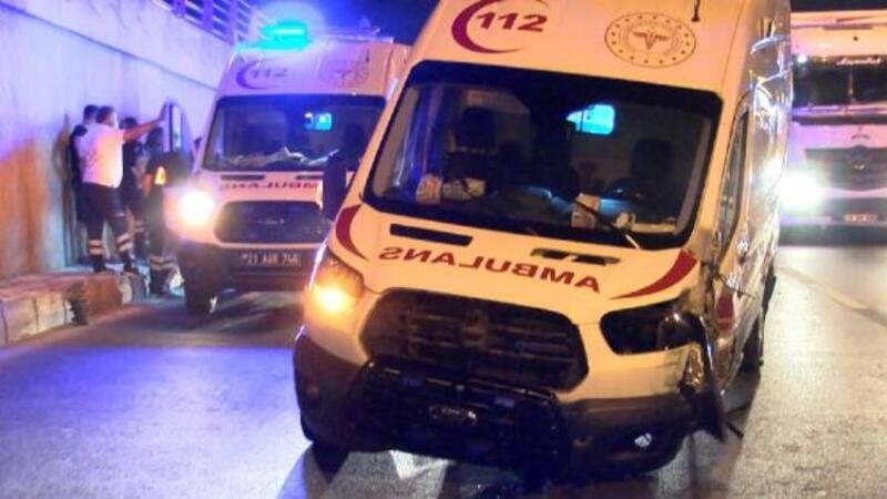 Direksiyon hakimiyetini kaybeden ambulans sürücü kaza yaptı