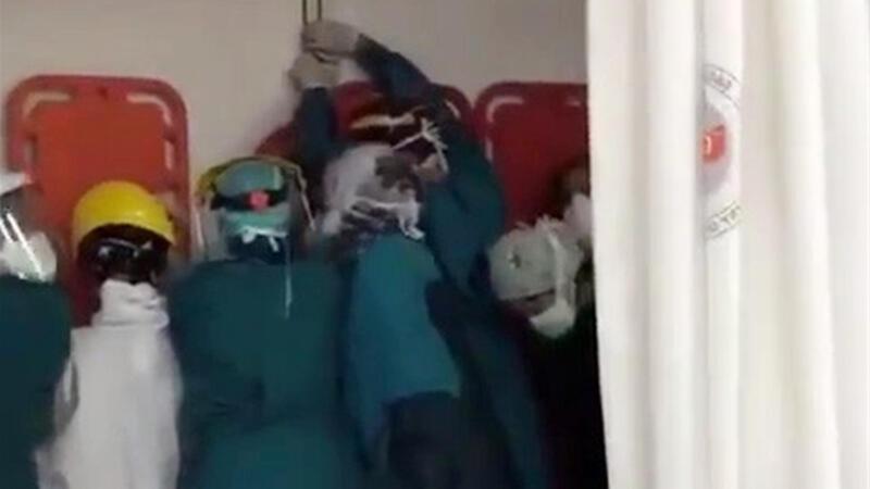 Hastaneyi bastılar, sağlık çalışanları mahsur kaldı