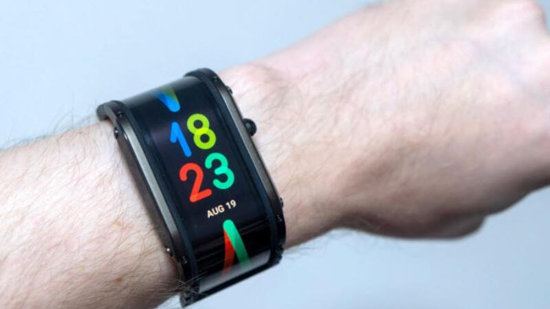 Ekranı bileğe yayılan akıllı saat satışa çıkıyor
