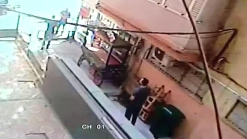 Çalışanın iş yeri sahibini silahla vurma anı kamerada