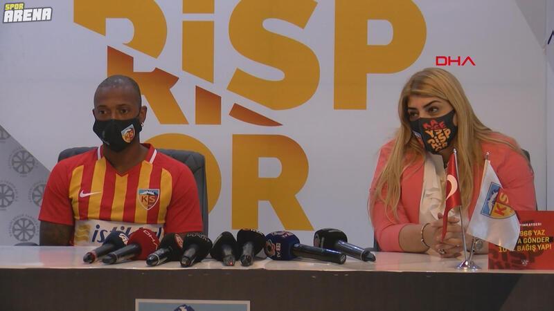 Kayserispor Başkanı Berna Gözbaşı Fernandes'in imza töreninde çevirmenlik yaptı!