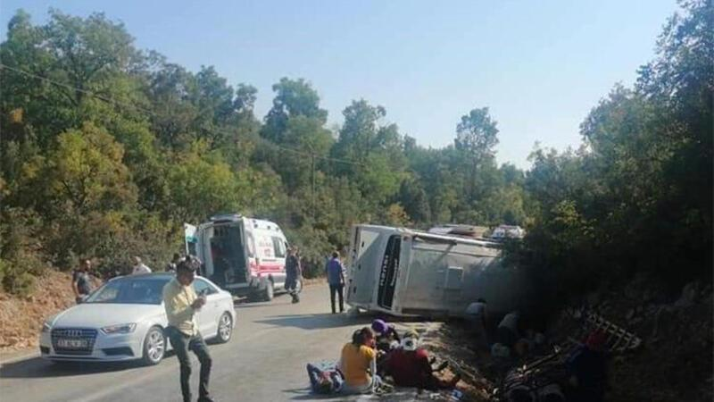 Son dakika haber! Mersin'de tarım işçisi taşıyan midibüs devrildi
