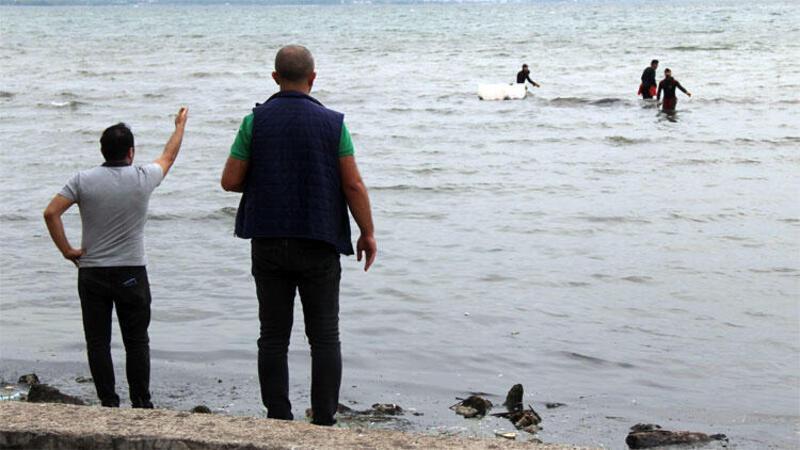 İlginç anlar! Kaçak midye avcıları polisi görünce denize kaçtı