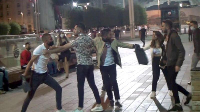 Taksim Meydanı'nda tekme ve tokatlı kavga! O anlar kamerada
