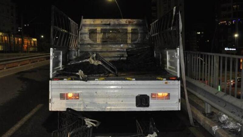 Koltuk yüklü kamyonet seyir halindeyken yandı
