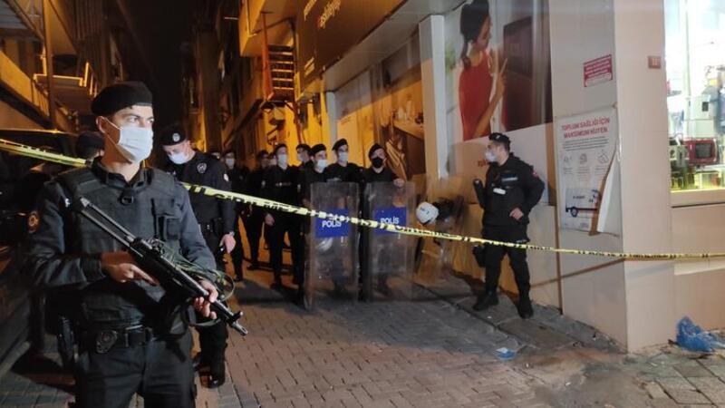 Zeytinburnu'nda polis kavgaya müdahale ederken yaşanan arbedede 2 kişi yaralandı