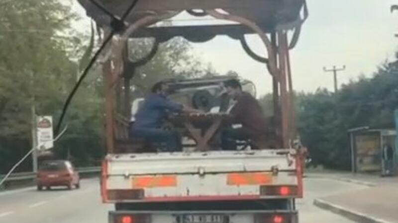 Şoke eden görüntü! Seyir halindeki kamyonetin kasasında tavla keyfi...