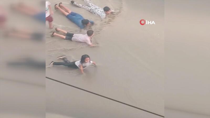 Çocukların yağmur sevinci... Sosyal medyada ilgiyle izlendi