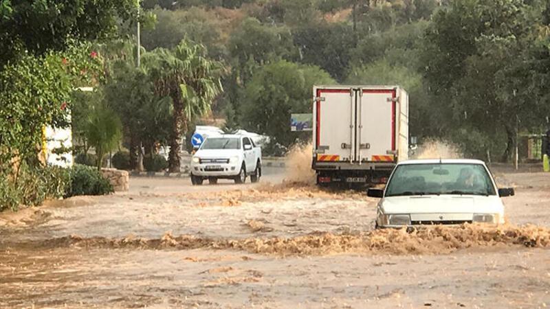 Son dakika haber... Antalya'da sağanak ve rüzgar etkili oldu
