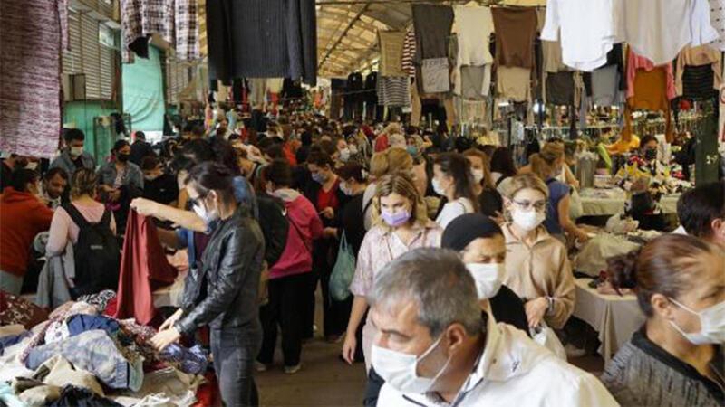 Pazarda alışveriş yapanlar sosyal mesafeye uymadı