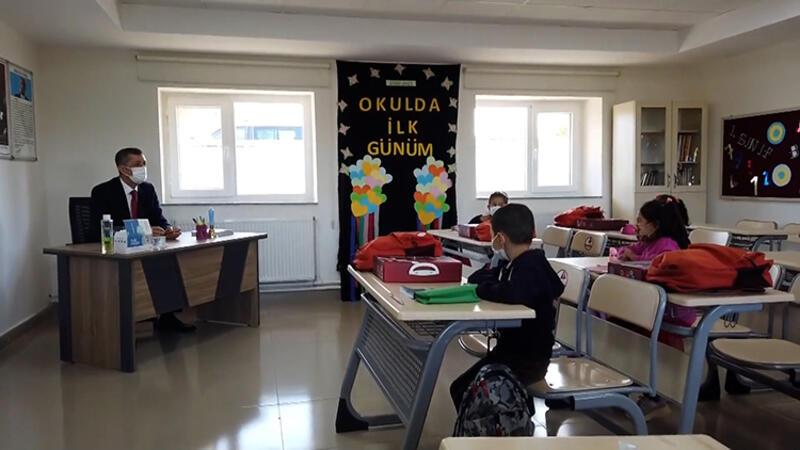 Bakan Selçuk okuduğu ilkokuldaki öğrencilerle buluştu