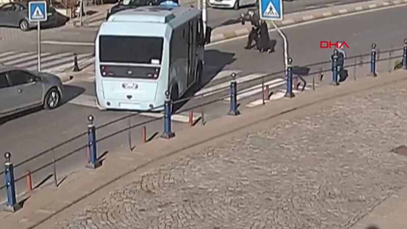 Tuzla'da minibüs şoförü yaşlı çift için yolu kesti