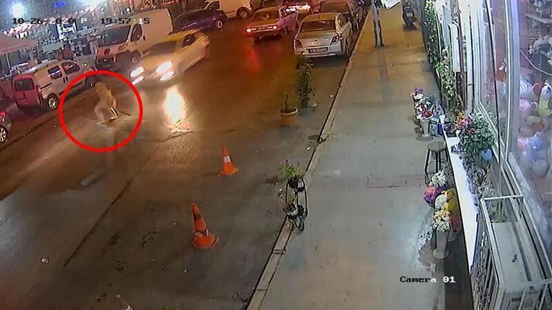 İzmir'de otomobilin yayaya çarptığı kaza, kamerada