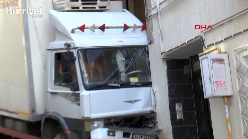 Freni boşalan kamyon doğal gaz borusuna çarptı, faciadan dönüldü