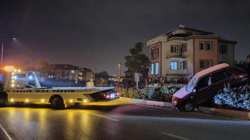 Bursa'da, kaza yapan otomobil bariyerlerde asılı kaldı