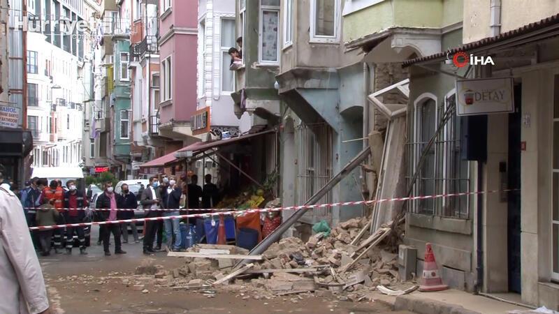 Şiddetli yağmur sonrası 2 katlı metruk binanın bir kısmı çöktü