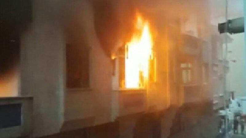 Bağcılar'da korku dolu anlar! Krize girip evi ateşe verdi