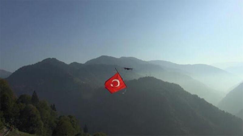 Dronla Türk bayrağı uçurdular