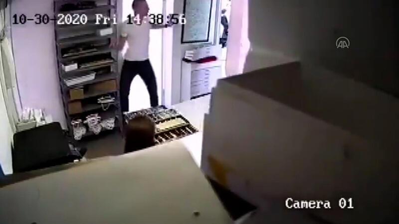 Deprem anında şehadet getiren vatandaşlar güvenlik kamerasına yansıdı