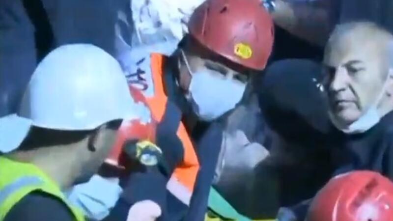 Enkazından biri kişi sağ olarak kurtarıldı