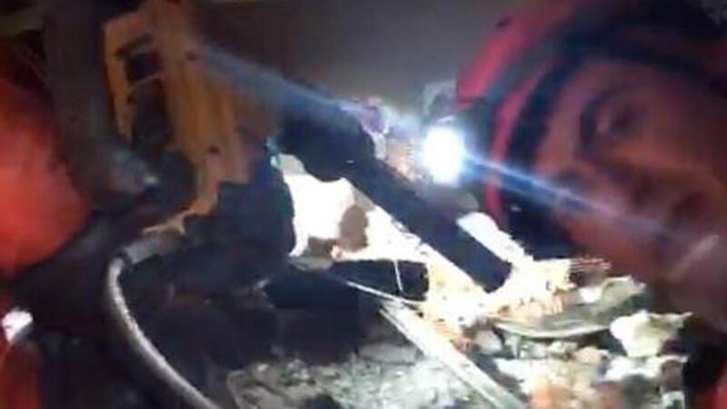 İzmir'de enkaz altındaki Buse Hasyılmaz'a ulaşılmaya çalışılıyor