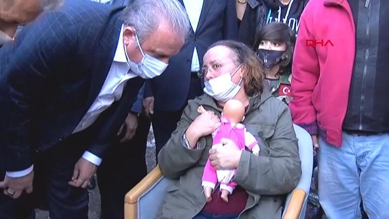 Dört kızı enkaz altında kalan anne Nilay Yücel'in acılı bekleyişi