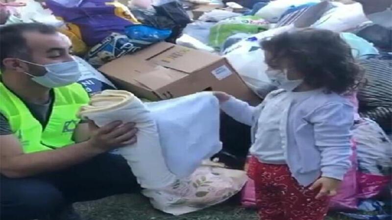 Battaniyesini depremzedelere veren çocuk, yürekleri ısıttı