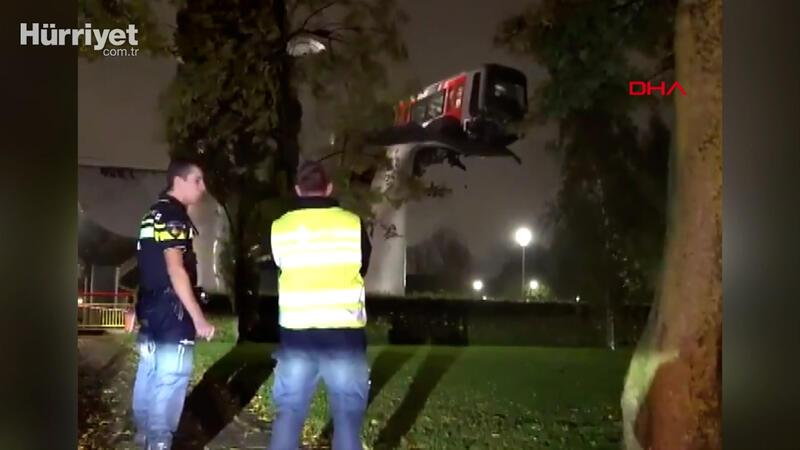 Hollanda'da metroda kaza: Tren 7,5 metre yükseklikte asılı kaldı