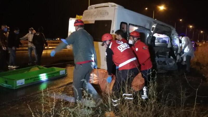 Van'da kaçak göçmenleri taşıyan münibüs kaza yaptı
