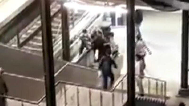 Kadın güvenlik görevlisine küfreden şahsa linç girişimi kamerada
