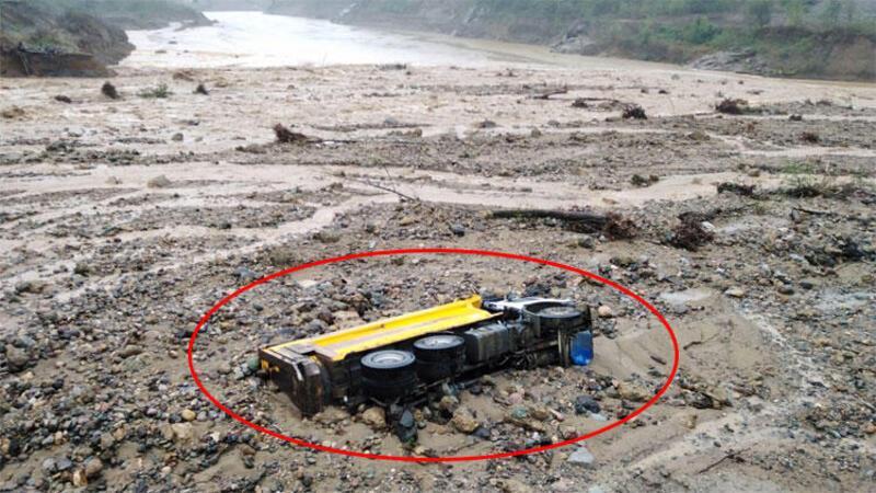 Son dakika... Giresun'da sel: Şantiyeyi su, bastı araçlar sürüklendi