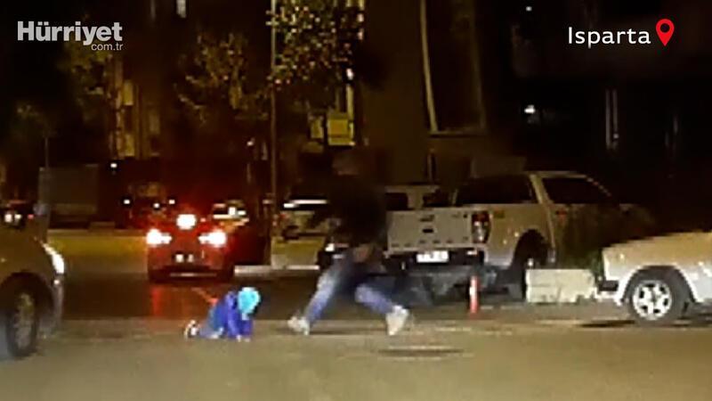 Çocuğun hareket halindeki otomobilden düşme anı kamerada