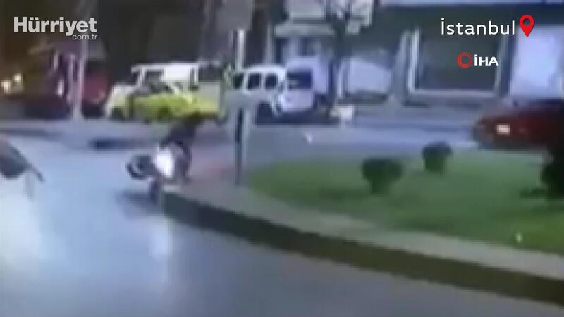 İstanbul'da feci kaza! Motosikletli kurye cadde üzerindeki tabelaya çarptı