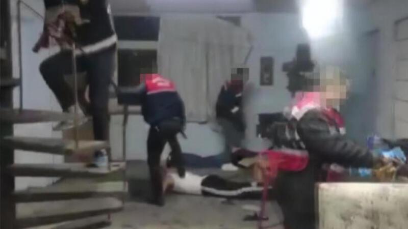Jandarma'nın 147 tabanca ele geçirdiği silah atölyesine baskın kamerada