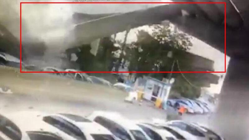 Son dakika haber... İzmir depreminde dev beton blokların araçların üzerine düşme anı kamerada!