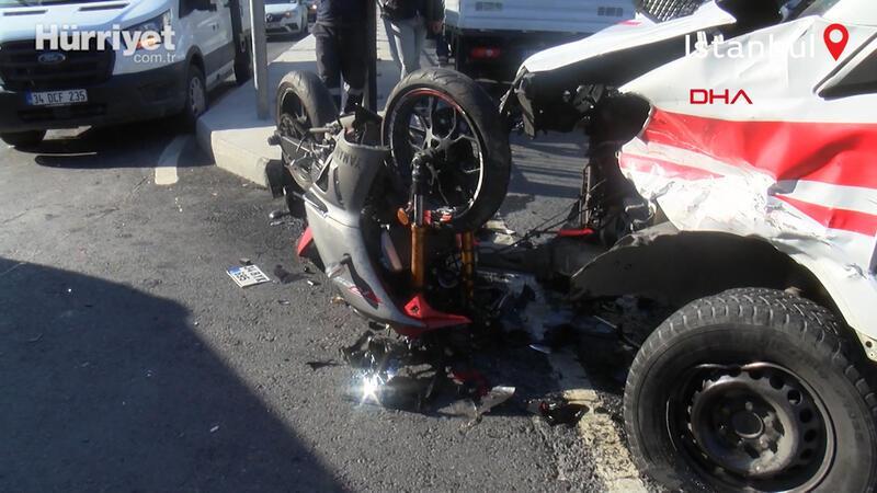 Hastaneden karşı yola geçmeye çalışan ambulansa motosiklet çarpt