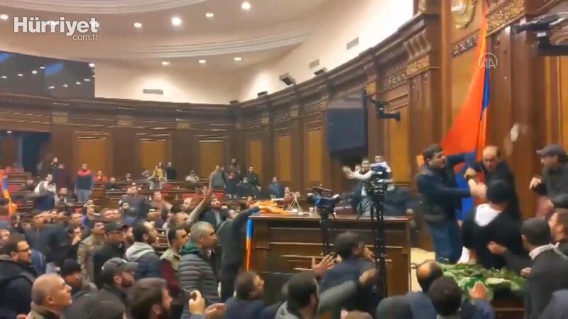 Ermenistan'da göstericiler parlamento binasını bastı