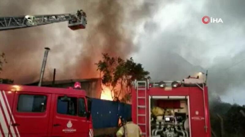 İstanbul Kartal'da büyük çaplı yangın: Çok sayıda itfaiye olaya müdahale etti