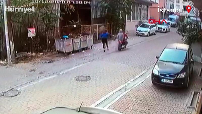 Yolda yürürken kabusu yaşadı! Esenyurt'taki motosikletli kapkaç kamerada