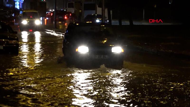 Trabzon'da sağanak etkili oldu, yollar göle döndü