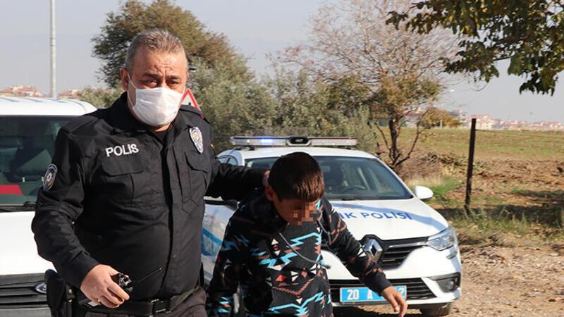 Lastikleri kapanla patlatılarak durdurulan plakasız minibüsten iki çocuk çıktı