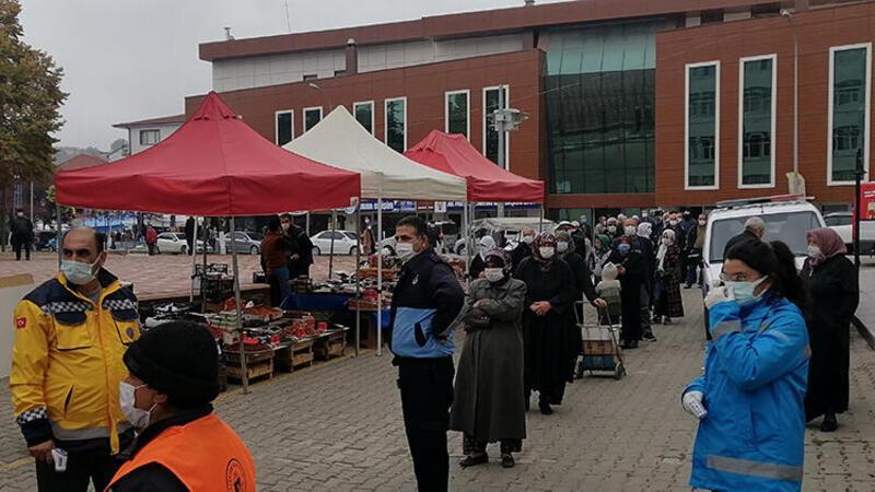 Pazaryeri'nde vatandaşlar pazara 25'şer kişilik gruplar halinde alındı