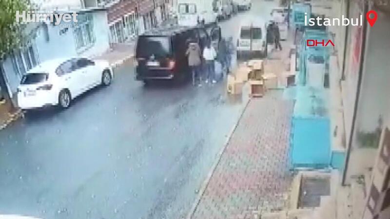 İş yeri sahibi, hırsızların kaçtığı hafif ticari aracın arka kapısını açarak içine atladı