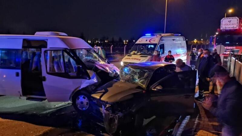 Servis minibüsü ile otomobil çarpıştı 6'sı asker 8 kişi yaralandı