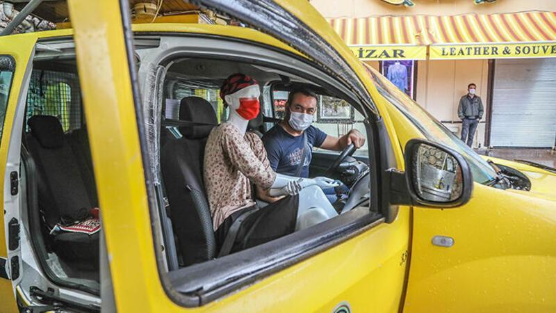 Taksi şoföründen cansız mankenli Covid-19 önlemi