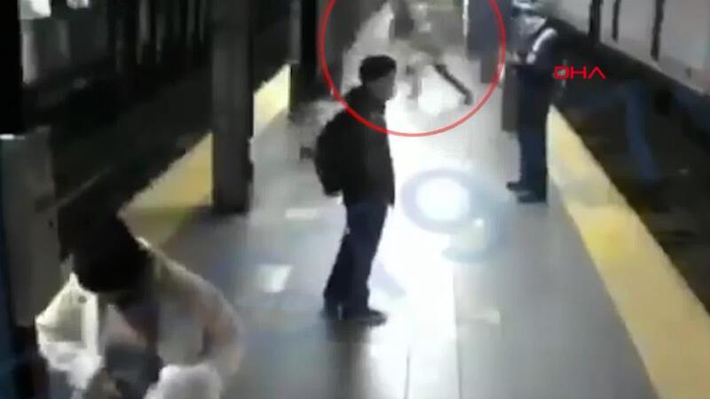 ABD'de tren bekleyen yolcu kadını raylara itti