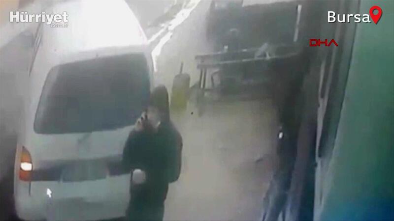 Telefonla konuşurken geri manevra yapan minibüs çarptı